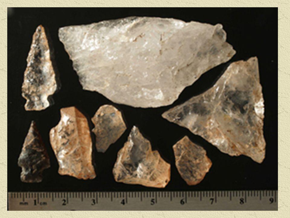Ces artefacts de quartz et de silex mis au jour lors de fouilles archéologiques dans le parc national Banff sont révélateurs, non seulement d une occupation humaine passée, mais aussi des outils, des modes de vie et de la culture des populations humaines qui vivaient à cet endroit il y a plus de 8 000 ans. On peut d ailleurs remarquer des changements culturels dans les outils de chasse, lesquels ont évolué au fil du temps. Ainsi, la lance a fait place à l atlatl, ou bâton-projectile, puis l arc et la flèche ont été adoptés.