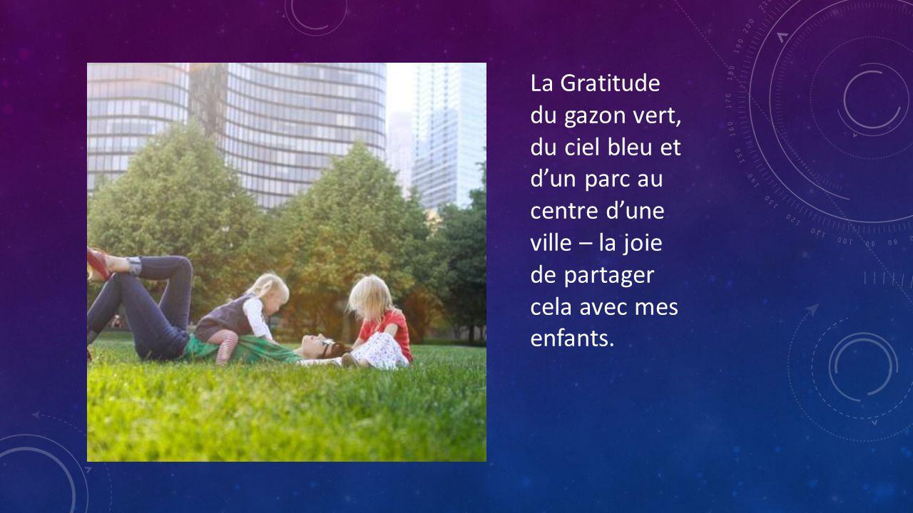 La Gratitude du gazon vert, du ciel bleu et d'un parc au centre d'une ville – la joie de partager cela avec mes enfants.