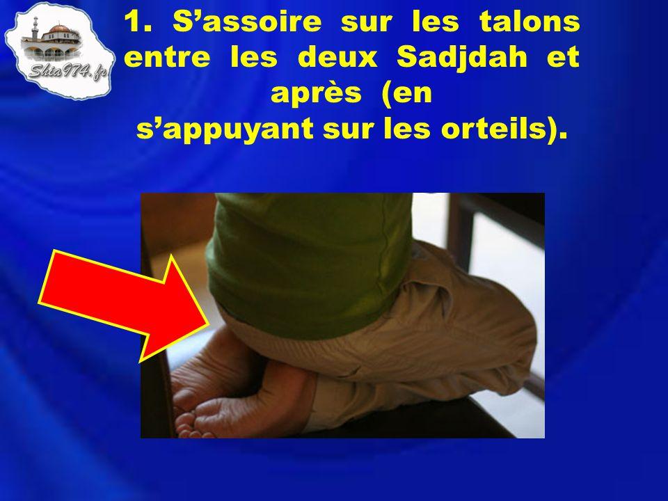 1. S'assoire sur les talons entre les deux Sadjdah et après (en s'appuyant sur les orteils).