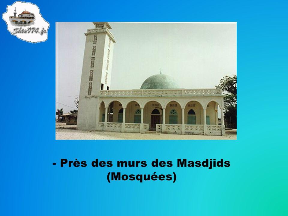 - Près des murs des Masdjids (Mosquées)