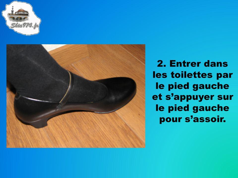 2. Entrer dans les toilettes par le pied gauche et s'appuyer sur le pied gauche pour s'assoir.