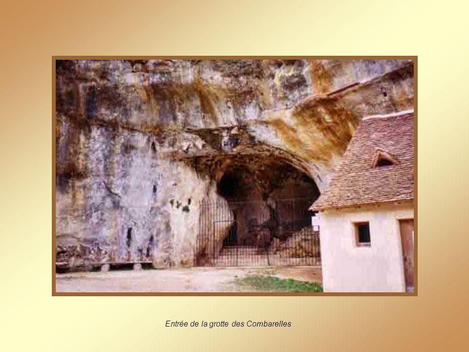 Entrée de la grotte des Combarelles