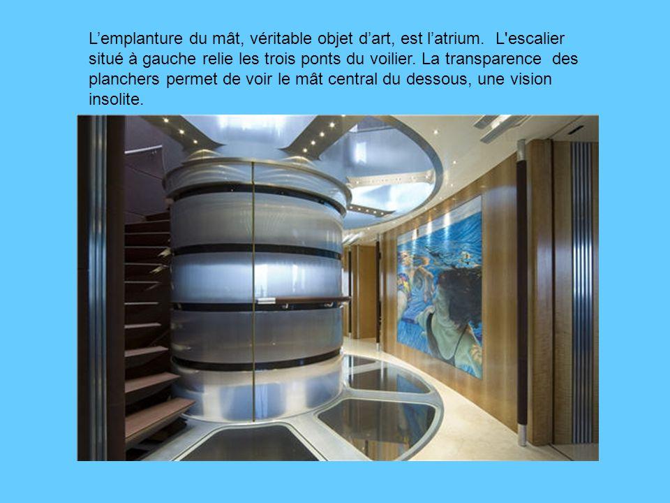 L'emplanture du mât, véritable objet d'art, est l'atrium