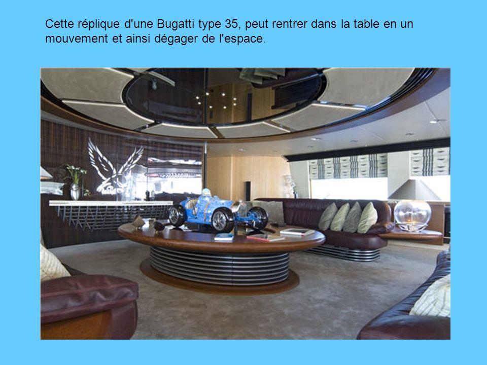 Cette réplique d une Bugatti type 35, peut rentrer dans la table en un mouvement et ainsi dégager de l espace.