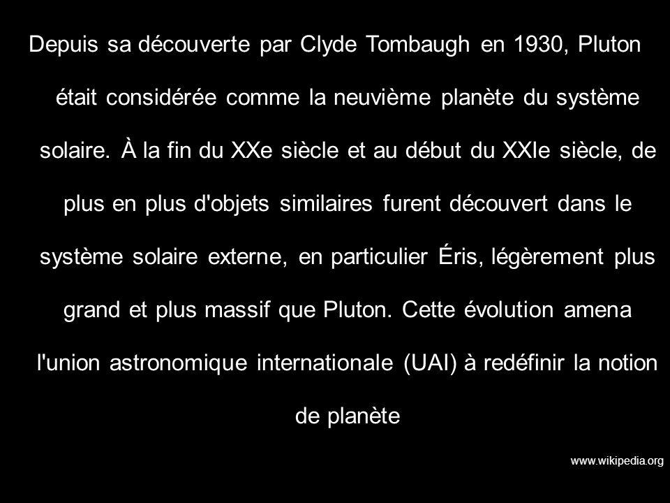 Depuis sa découverte par Clyde Tombaugh en 1930, Pluton était considérée comme la neuvième planète du système solaire. À la fin du XXe siècle et au début du XXIe siècle, de plus en plus d objets similaires furent découvert dans le système solaire externe, en particulier Éris, légèrement plus grand et plus massif que Pluton. Cette évolution amena l union astronomique internationale (UAI) à redéfinir la notion de planète