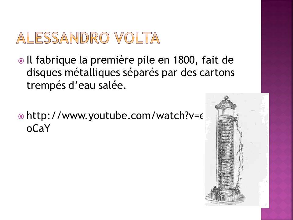 Alessandro Volta Il fabrique la première pile en 1800, fait de disques métalliques séparés par des cartons trempés d'eau salée.