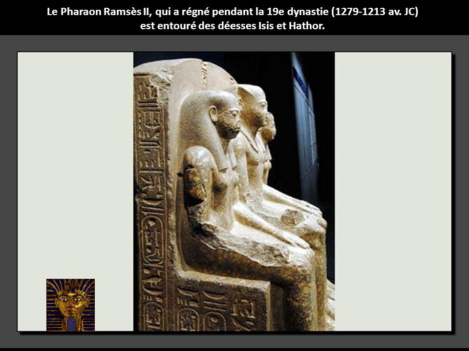 est entouré des déesses Isis et Hathor.