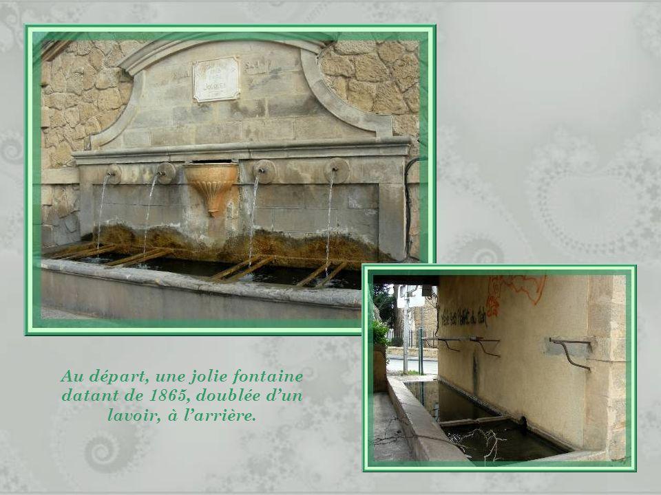 Au départ, une jolie fontaine datant de 1865, doublée d'un lavoir, à l'arrière.