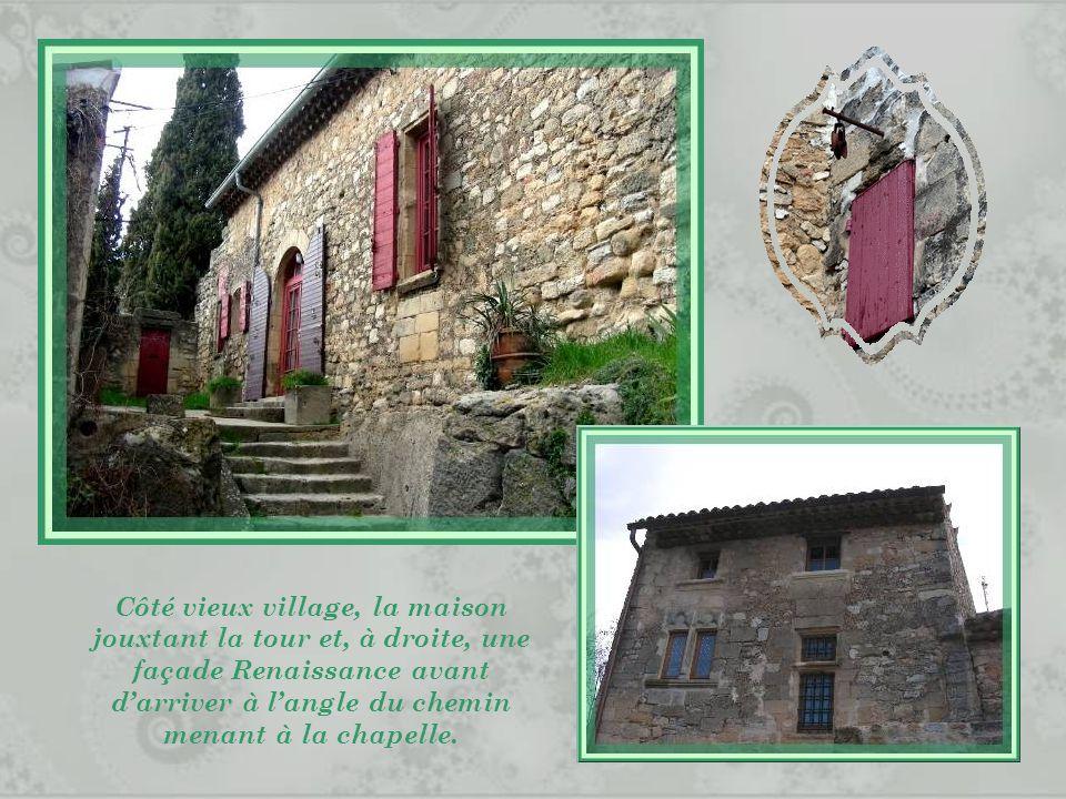 Côté vieux village, la maison jouxtant la tour et, à droite, une façade Renaissance avant d'arriver à l'angle du chemin menant à la chapelle.