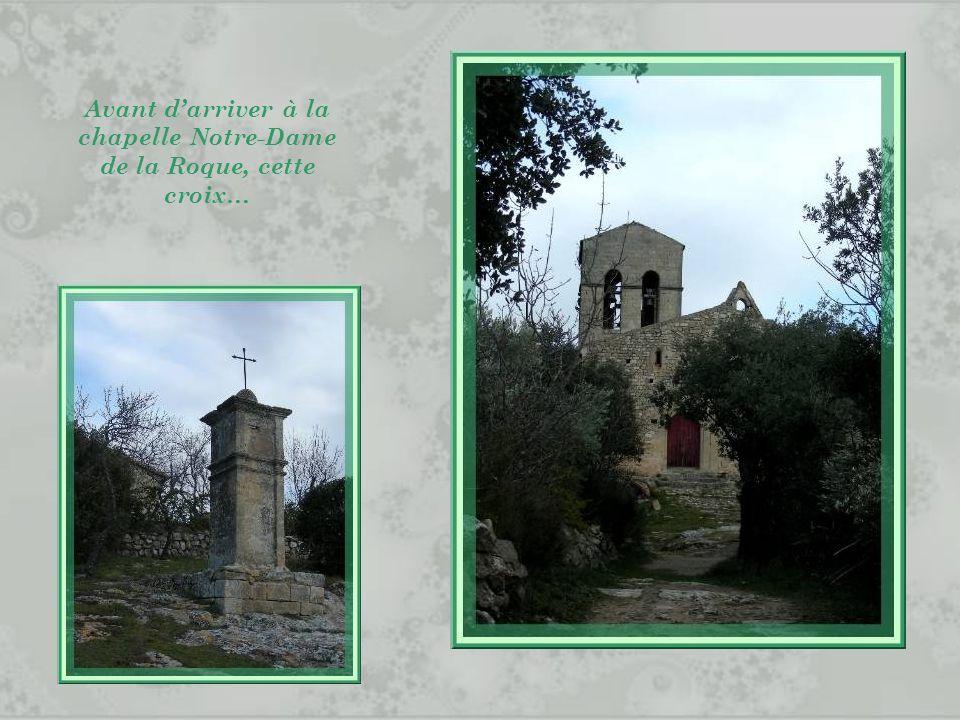 Avant d'arriver à la chapelle Notre-Dame de la Roque, cette croix…