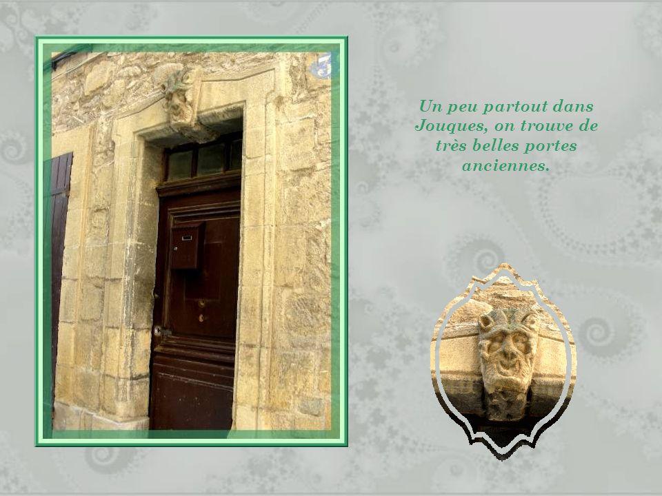 Un peu partout dans Jouques, on trouve de très belles portes anciennes.