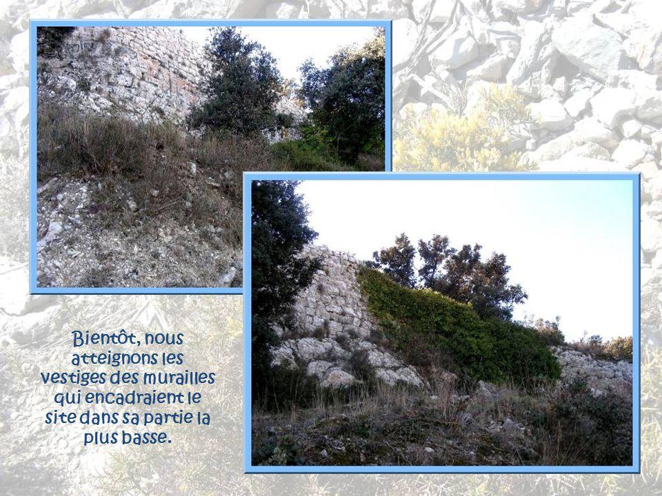 Bientôt, nous atteignons les vestiges des murailles qui encadraient le site dans sa partie la plus basse.