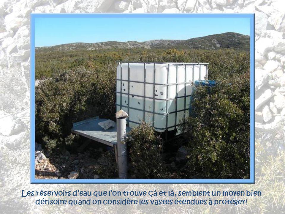 Les réservoirs d'eau que l'on trouve çà et là, semblent un moyen bien dérisoire quand on considère les vastes étendues à protéger!