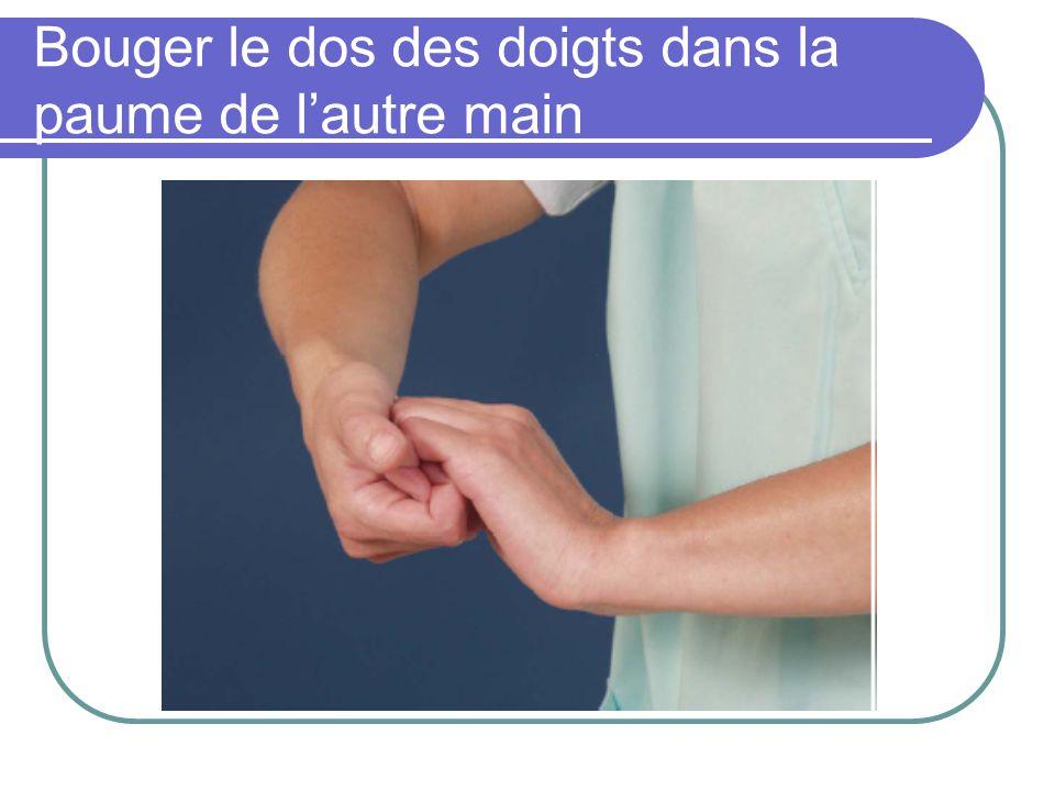 Bouger le dos des doigts dans la paume de l'autre main