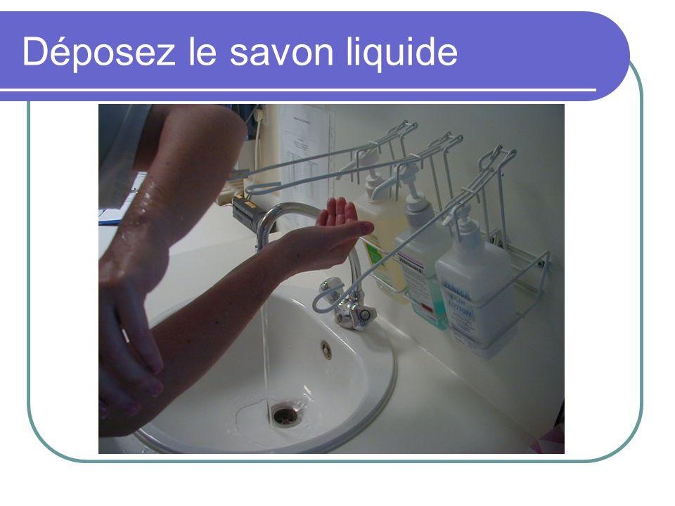 Déposez le savon liquide