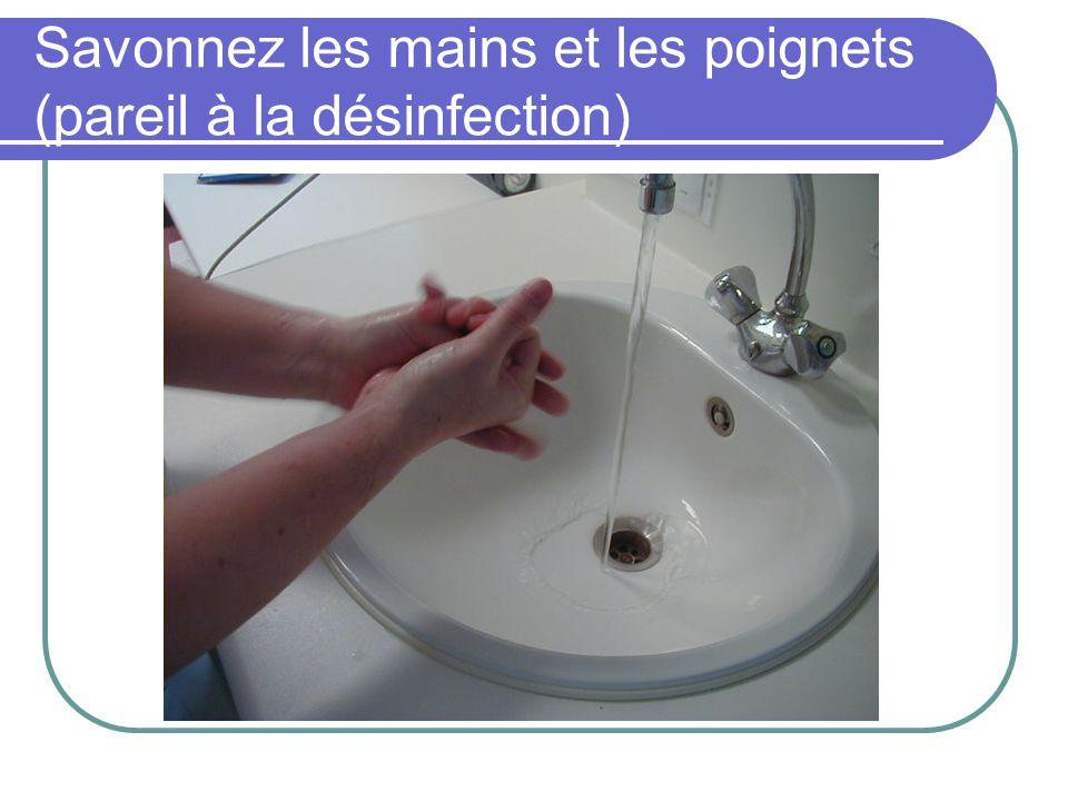 Savonnez les mains et les poignets (pareil à la désinfection)