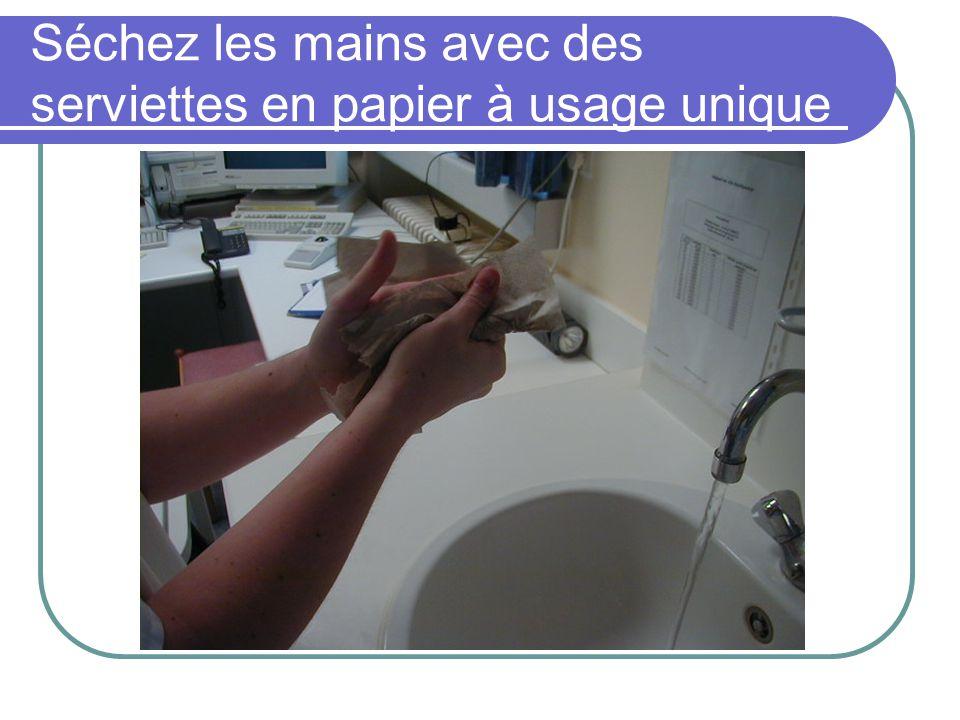 Séchez les mains avec des serviettes en papier à usage unique