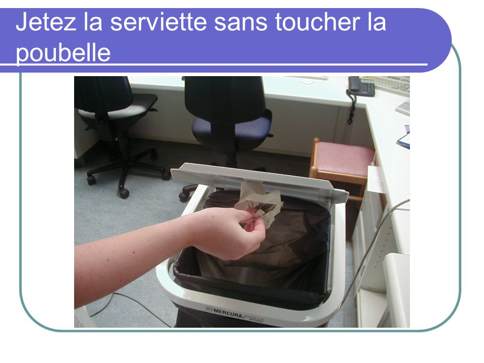 Jetez la serviette sans toucher la poubelle