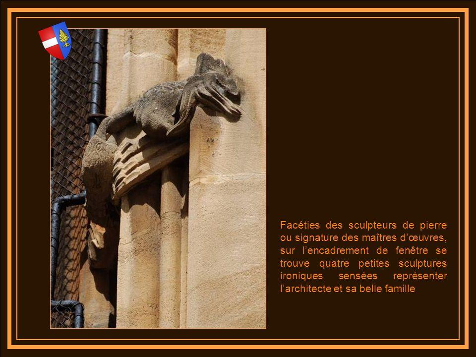 Facéties des sculpteurs de pierre ou signature des maîtres d'œuvres, sur l'encadrement de fenêtre se trouve quatre petites sculptures ironiques sensées représenter l'architecte et sa belle famille