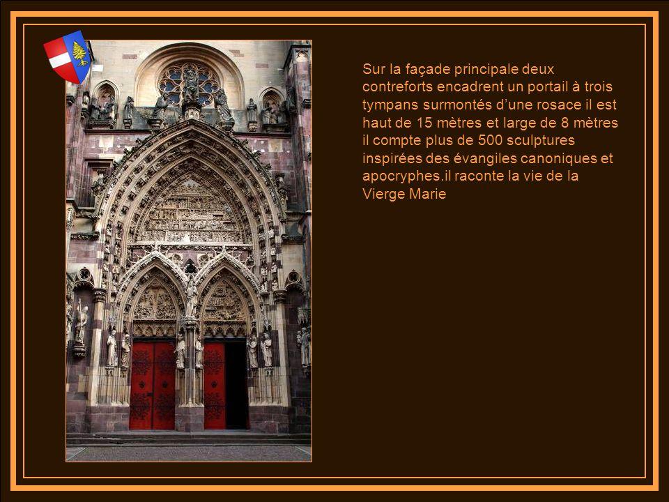 Sur la façade principale deux contreforts encadrent un portail à trois tympans surmontés d'une rosace il est haut de 15 mètres et large de 8 mètres il compte plus de 500 sculptures inspirées des évangiles canoniques et apocryphes.il raconte la vie de la Vierge Marie