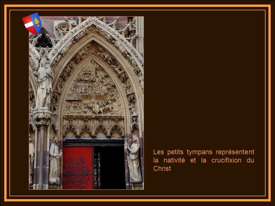 Les petits tympans représentent la nativité et la crucifixion du Christ