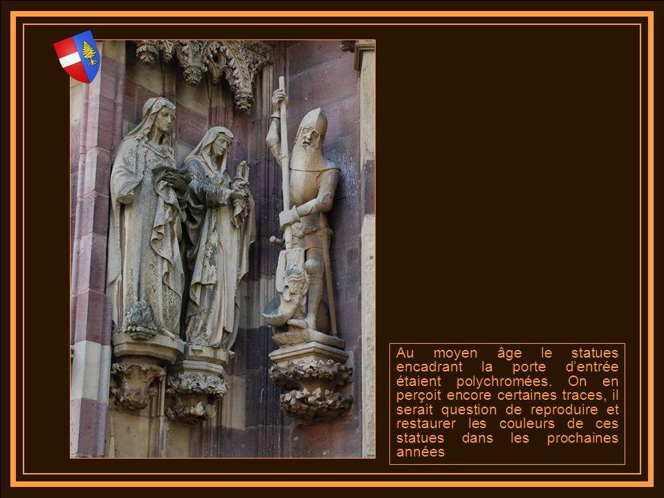 Au moyen âge le statues encadrant la porte d'entrée étaient polychromées.