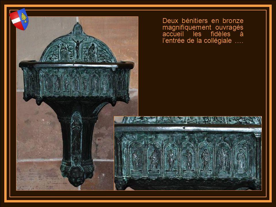 Deux bénitiers en bronze magnifiquement ouvragés accueil les fidèles à l'entrée de la collégiale ….