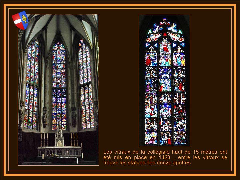 Les vitraux de la collégiale haut de 15 mètres ont été mis en place en 1423 , entre les vitraux se trouve les statues des douze apôtres