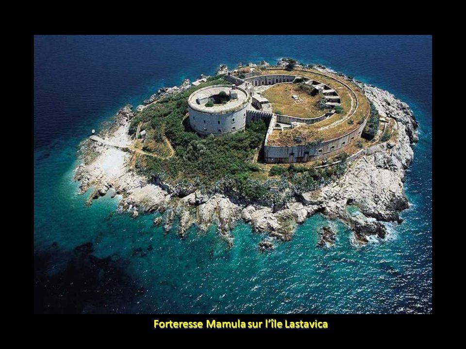 Forteresse Mamula sur l'île Lastavica