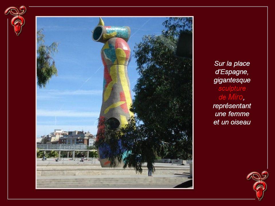 gigantesque sculpture de Miro, représentantune femme et un oiseau