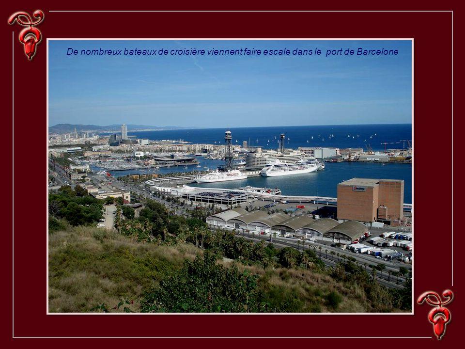 De nombreux bateaux de croisière viennent faire escale dans le port de Barcelone