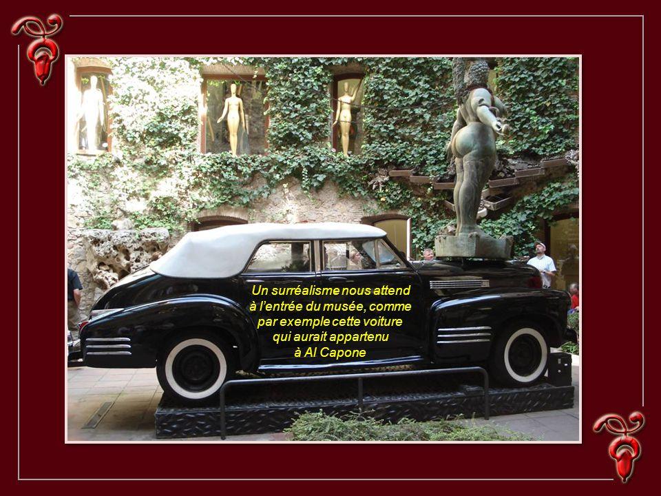 Un surréalisme nous attend à l'entrée du musée, comme par exemple cette voiture qui aurait appartenu