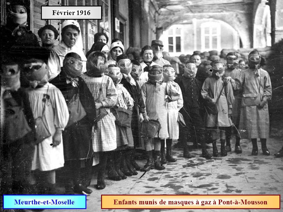 Enfants munis de masques à gaz à Pont-à-Mousson