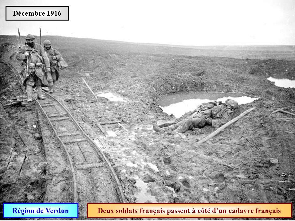 Deux soldats français passent à côté d'un cadavre français