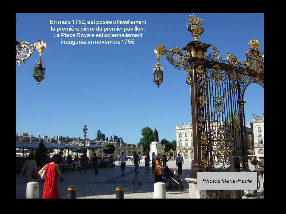 En mars 1752, est posée officiellement la première pierre du premier pavillon. La Place Royale est solennellement inaugurée en novembre 1755.