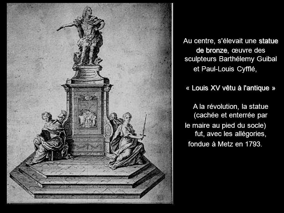 Au centre, s élevait une statue de bronze, œuvre des sculpteurs Barthélemy Guibal