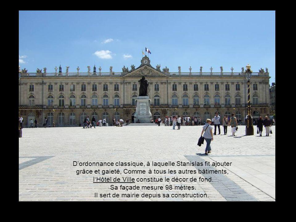 D'ordonnance classique, à laquelle Stanislas fit ajouter grâce et gaieté, Comme à tous les autres bâtiments, l'Hôtel de Ville constitue le décor de fond.