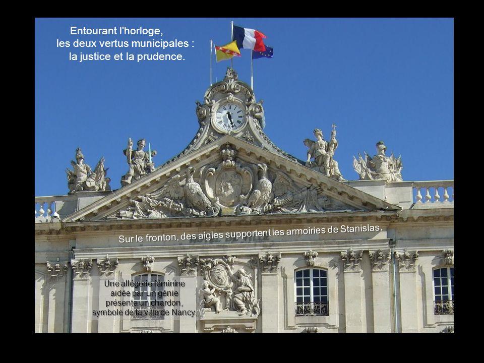 Entourant l horloge, les deux vertus municipales : la justice et la prudence.