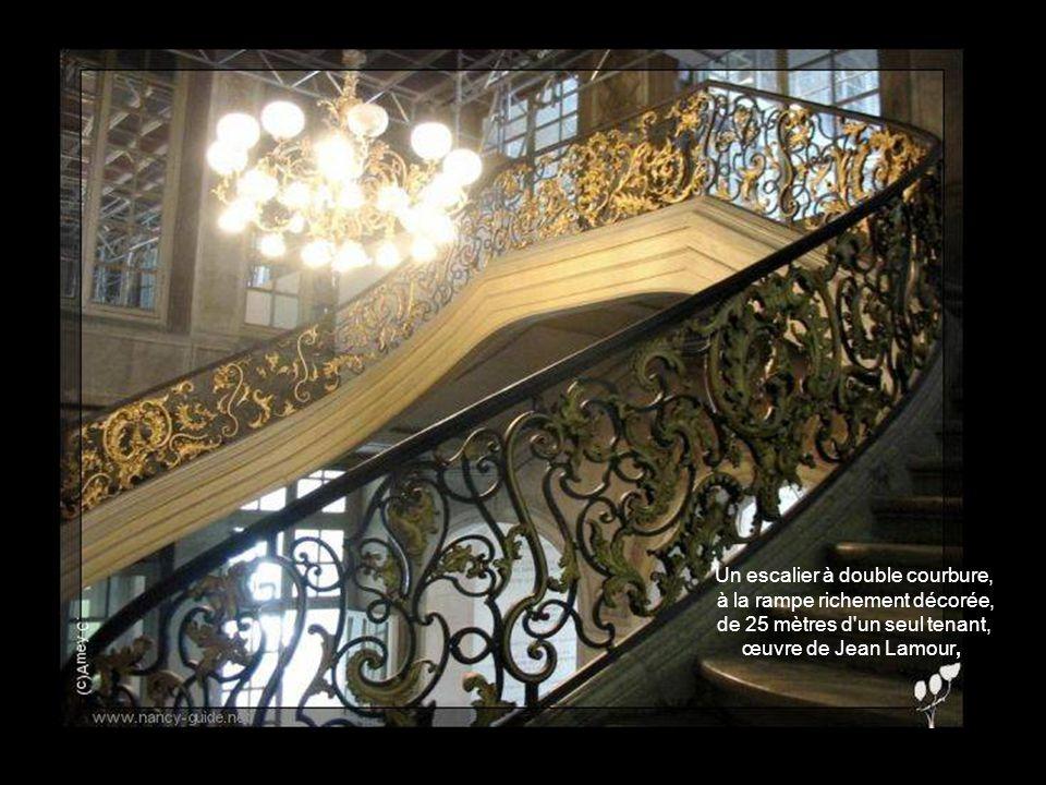 Un escalier à double courbure, à la rampe richement décorée, de 25 mètres d un seul tenant, œuvre de Jean Lamour,