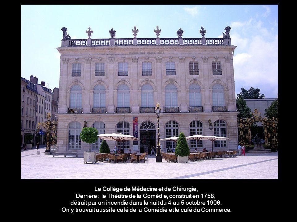 Le Collège de Médecine et de Chirurgie, Derrière : le Théâtre de la Comédie, construit en 1758, détruit par un incendie dans la nuit du 4 au 5 octobre 1906.