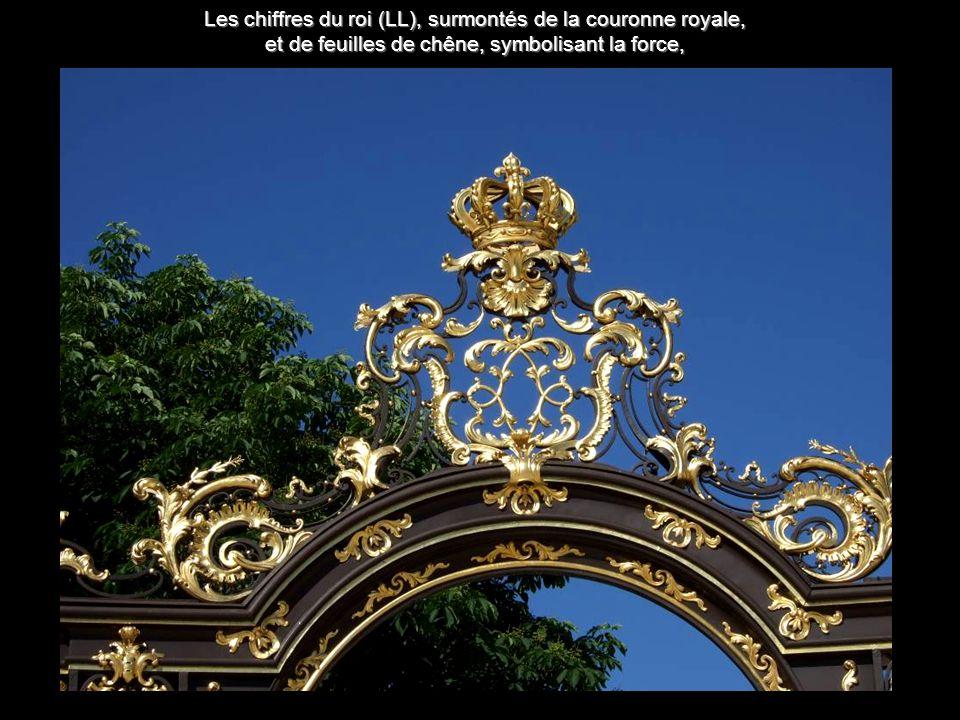 Les chiffres du roi (LL), surmontés de la couronne royale, et de feuilles de chêne, symbolisant la force,