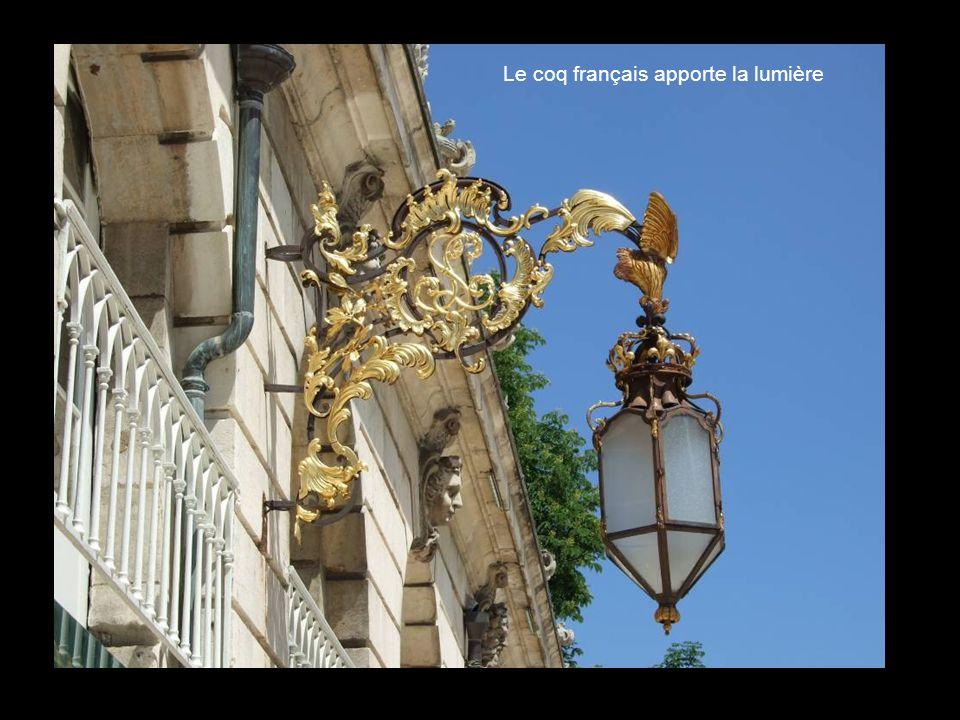 Le coq français apporte la lumière