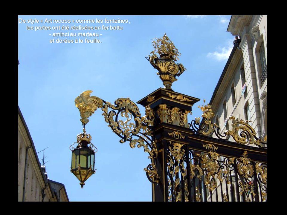 De style « Art rococo » comme les fontaines , les portes ont été réalisées en fer battu - aminci au marteau - et dorées à la feuille.