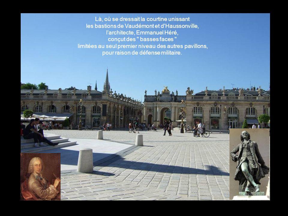 Là, où se dressait la courtine unissant les bastions de Vaudémont et d Haussonville, l'architecte, Emmanuel Héré, conçut des basses faces limitées au seul premier niveau des autres pavillons, pour raison de défense militaire.