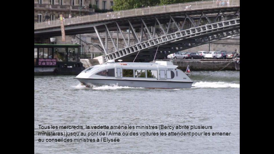 Tous les mercredis, la vedette amène les ministres (Bercy abrite plusieurs ministères) jusqu'au pont de l'Alma où des voitures les attendent pour les amener au conseil des ministres à l'Elysée