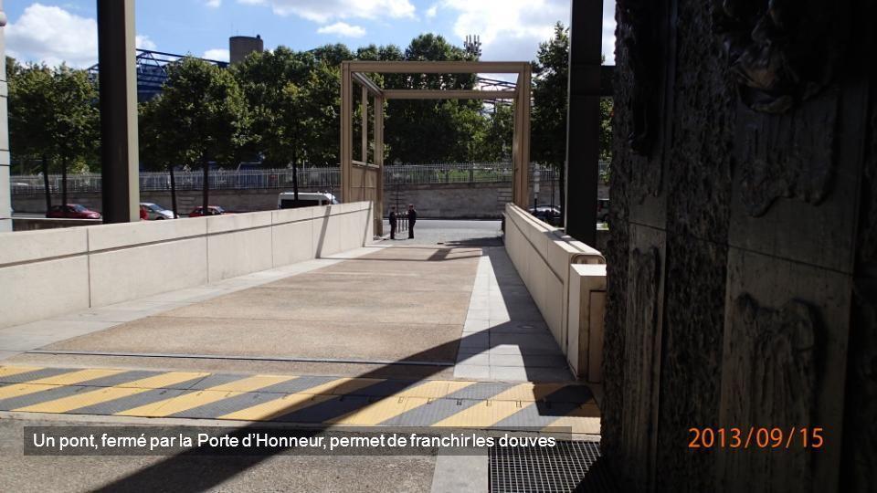 Un pont, fermé par la Porte d'Honneur, permet de franchir les douves