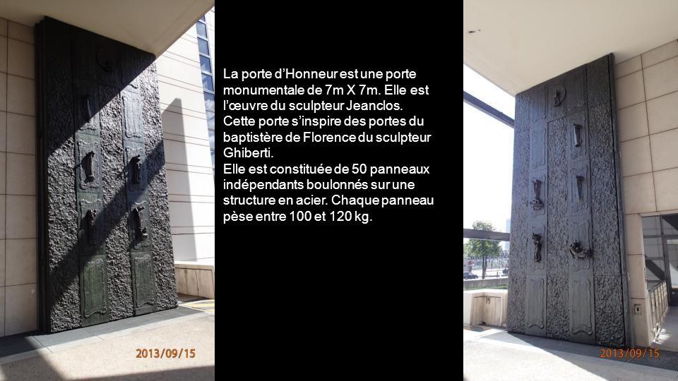 La porte d'Honneur est une porte monumentale de 7m X 7m