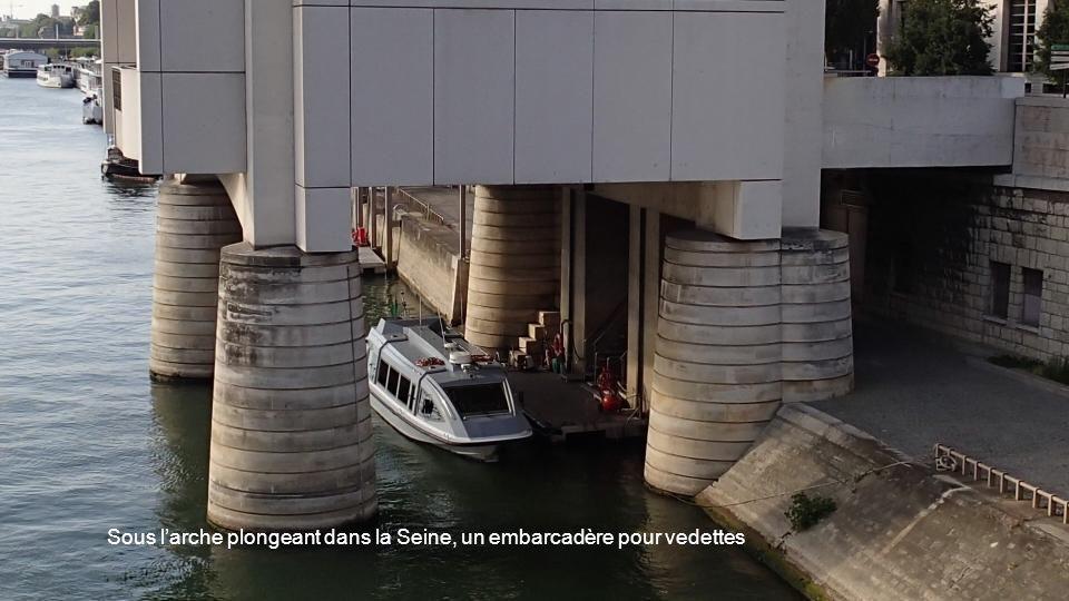 Sous l'arche plongeant dans la Seine, un embarcadère pour vedettes