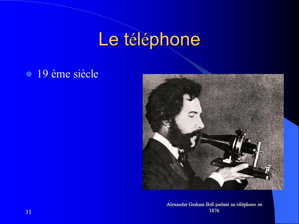 Alexander Graham Bell parlant au téléphone en 1876