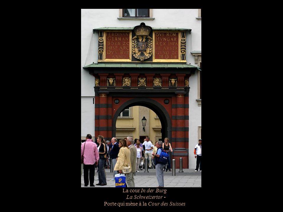 Porte qui mène à la Cour des Suisses